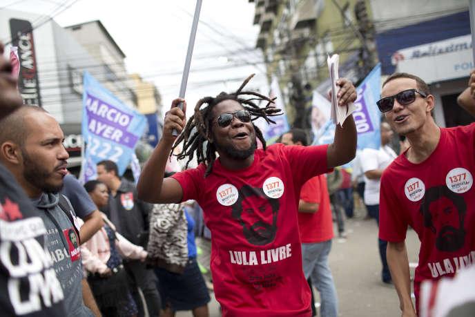 Les partisans du Parti des travailleurs, lors d'un rassemblement à SaoGoncalo, Rio de Janeiro (Brésil), mardi28août.