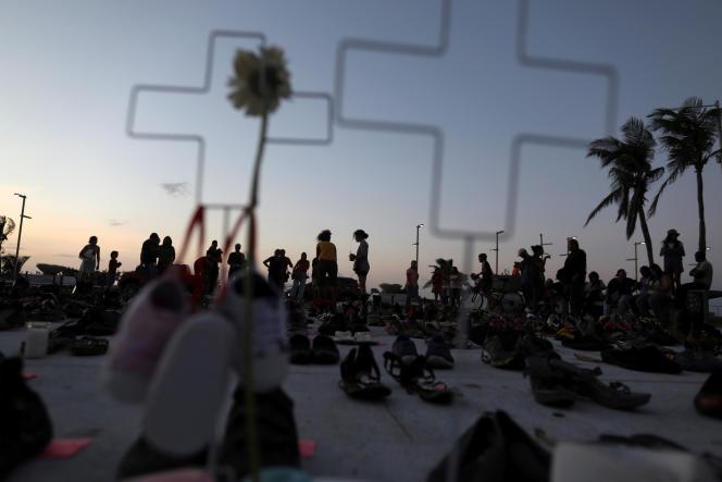 Des familles de victimes ont déposé des paires de chaussures devant le capitole de Saint-Juan (Porto Rico), le 1erjuin 2018, pour symboliser les morts invisibles de l'ouragan.