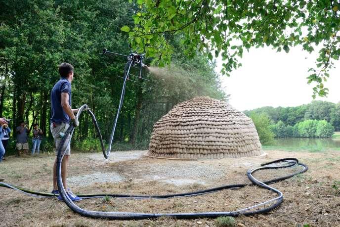 Atelier consacré aux architectures de terre : desdrones pulvérisent de l'argile sur un abri, en août. Le projet dedronespray pour architectures de terre a été developpé par Stephanie Chaltiel de MuDD Architects.