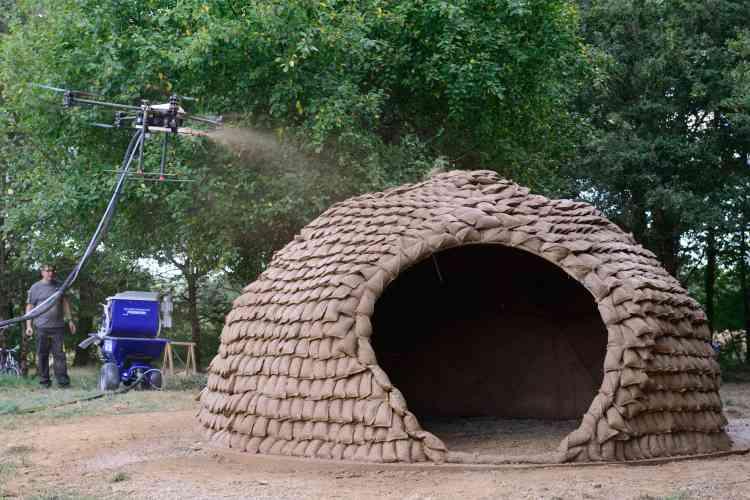L'originalité de ce projet tient à la pulvérisation par drones de plusieurs couches d'argile en guise de finition.