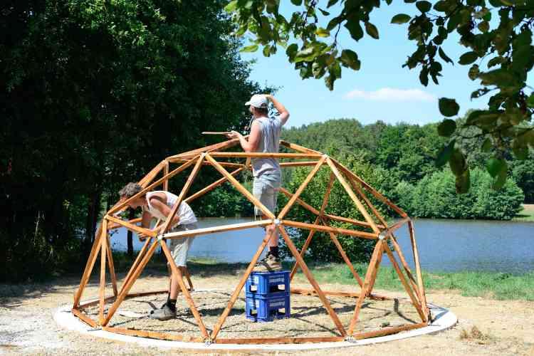 Dans le cadre de l'atelier « Future Earthen Dwellers» d'août 2018, les stagiaires construisent le dôme d'une architecture de terre.