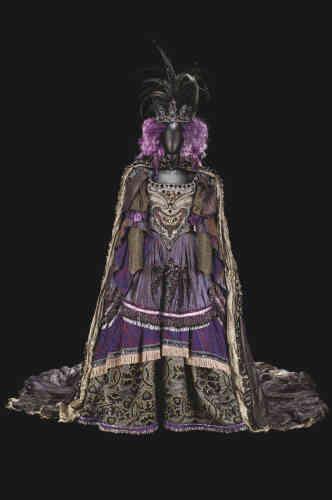 Pour Rudolf Noureev, c'était«le ballet des ballets» : «La Belle au bois dormant», chorégraphiée par Marius Petipa sur la musique de Tchaïkovski. Il l'a dansé, et chorégraphié à son tour, plusieurs fois, en respectant l'original. Dans la version de 1997, créée à l'Opéra de Paris, la grande costumière Franca Squarciapino a su donner à la fée Carabosse, d'ordinaire vieille, méchante et bossue, les atours sophistiqués d'une cruelle femme du monde. On s'incline devant une telle réussite.