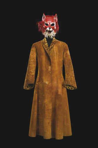 Quand vous allez voir une pièce, vous trouvez le nom du costumier dans le programme. Pour «Le Petit Prince», de Saint-Exupéry, créé au Studio de la Comédie-Française en 2011, nulle mention n'apparaissait. Il en va ainsi pour certains spectacles de la Comédie-Française, dont les costumes sont façonnés par les merveilleux ateliers de la maison. Un simple manteau suffit à l'acteur Christian Gonon pour entrer dans la peau du renard. Mais la couleur et la texture de ce manteau vibrent comme la peau de l'animal qui dit au Petit Prince:«S'il te plaît, apprivoise-moi.»