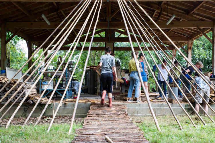 Projets pratiques, travail en équipe et vie en communauté en pleine nature sont quelques-unes des particularités du campus du Boisbuchet.