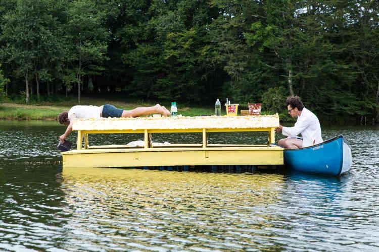 L'artiste Mathias Kiss a installé, en 2017, un îlot flottant, doréà la feuille, sur l'étang du domaine.