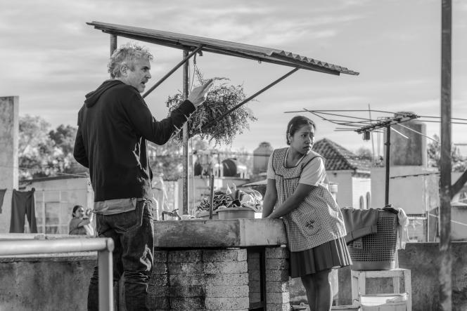 Le réalisateur Alfonso Cuaron sur le tournage de son film « Roma»qui sera lancé en salles trois semaines avant sa disponibilité sur Netflix.