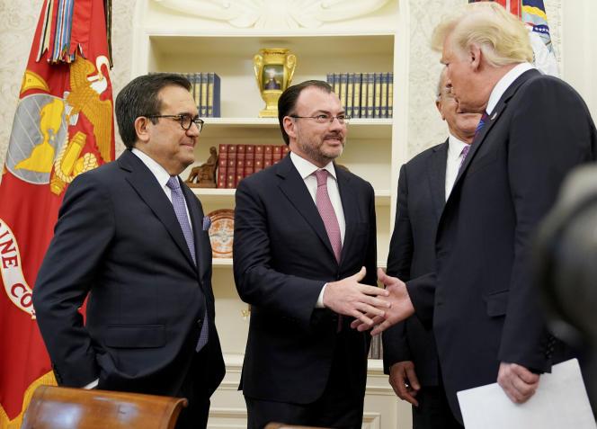 Le ministre mexicain de l'économie, Luis Videgaray Caso salue Donald Trump, à la Maison Blanche, le 27 août.
