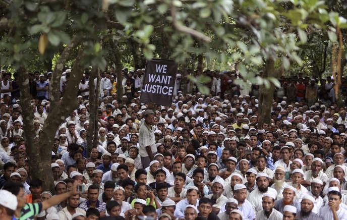 Rassemblement des réfugiés rohingya, un an après le début de leur exode de Birmanie, à Kutupalong (Bangladesh), le 25 août.
