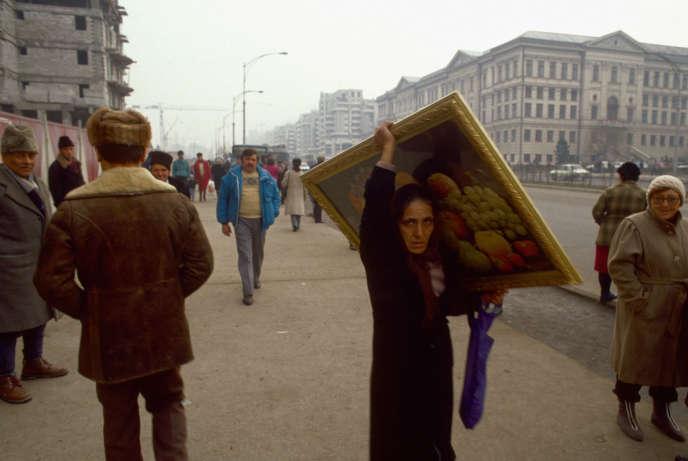Scène de rue à Craiova (Roumanie), en janvier 1990.
