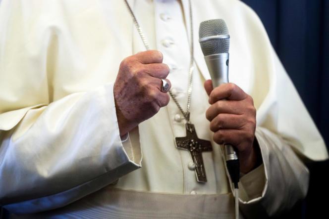 Le pape François le 26 août dans l'avion qui le ramène au Vatican.