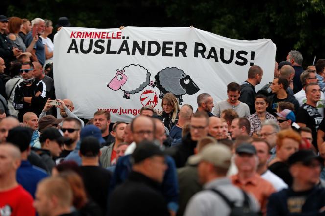 « Dehors les étrangers criminels» sur une banderole lors de la manifestation d'extrême droite à Chemnitz (Allemagne), le 27 août.
