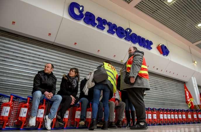 Des syndicalistes de Carrefour font grève pour protester contre la menace de suppressions d'emploi et leurs conditions de travail, devant un supermarché de Lomme (Nord), près de Lille, en mars.