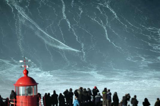 Les houles hivernales provoquent des vagues gigantesques.