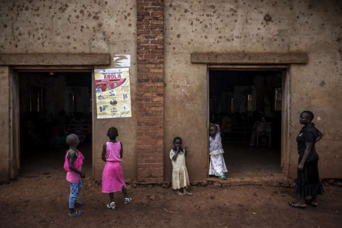 A Beni, dans l'est de la RDC, un panneau explique les symptômes d'Ebola, le 19août 2018.