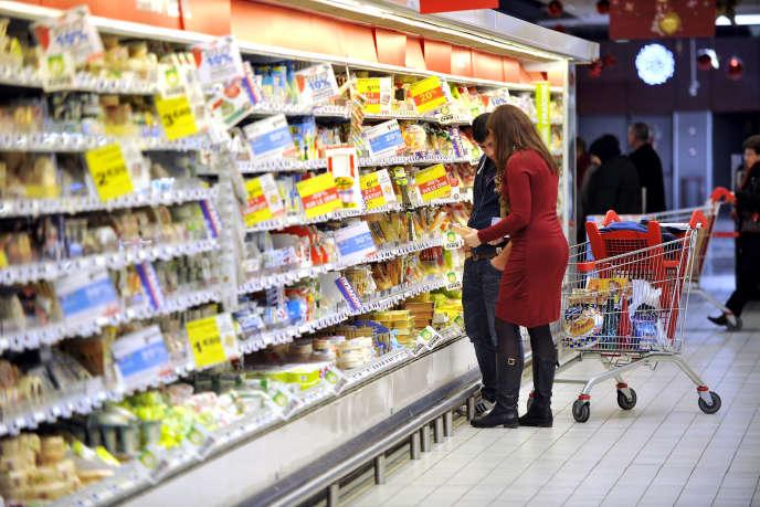 « L'essentiel des consommations des ménages populaires se concentre sur le logement et l'alimentation : or la TVA ne s'applique pas aux loyers et son taux est réduit pour l'alimentation» (Saint-Sébastien-sur-Loire. Hypermarché Auchan).