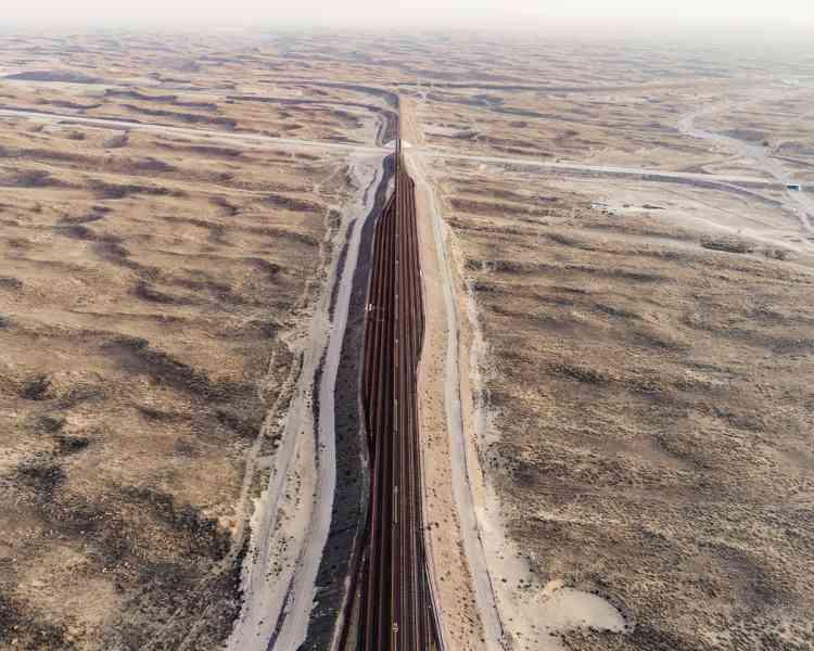 La moitié des rails qui mènent au port sec de Khorgos,au Kazakhstan,est kazakhe, et l'autre chinoise. Les écartements n'étant pas les mêmes, les marchandises doivent être transvasées d'un train à l'autre pour poursuivre leur route.