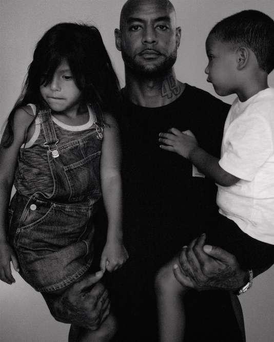Booba avec sa fille Luna et son fils Omar, le 22juin 2018, à Miami. Robe et débardeur, GAP. Tee-shirt, Carhartt. Tee-shirt et short, GAP. Stylisme Sasha Kelly.