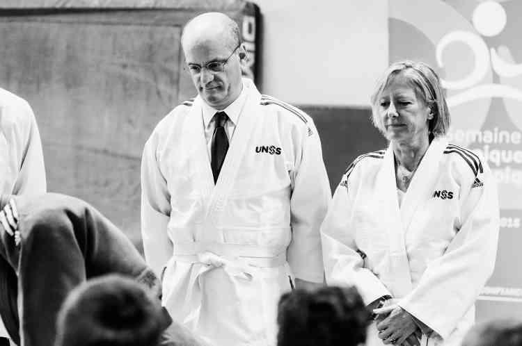 C'est le lancement de la semaine olympique et paralympique. Pour l'occasion, le ministre a pris la direction du lycée Michelet de Vanves, a enlevé ses chaussures, enfilé un kimono et est monté sur le tatami. Prêt au combat? Ce n'est pas si simple. En tout cas, pour ce qui concerne le kimono. De fait, l'utilisation du terme «kimono» pour désigner une tenue de judoka est impropre. Ce qui nous vaut de nombreuses moqueries de la part des Japonais. Qui aimeraient bien que l'on emploie le terme approprié de judogi.