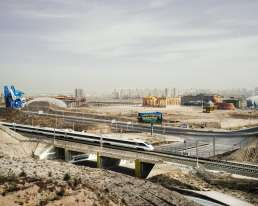 Un train à grande vitesse quitteLanzhou et passe devant le chantier d'un parcd'attraction, où lerégime a fait construire des répliques du Sphinx de Gizeh et du Parthénon.