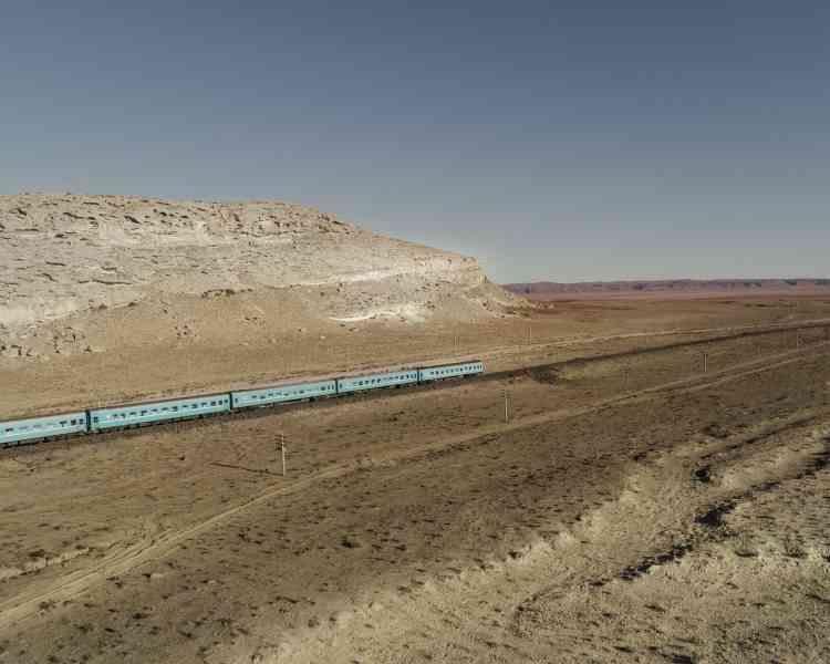 Un train de voyageurs, à l'approche d'Aktau, dans la steppe kazakhe.
