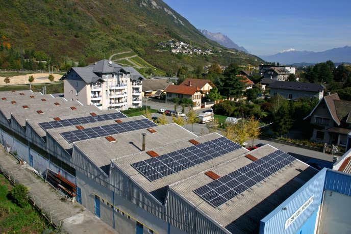 La toiture des ateliers municipaux est couverte de 240 m2 de panneaux photovoltaïques, qui produisent l'équivalent de la consommation des services techniques de la ville et des quatre véhicules électriques municipaux.