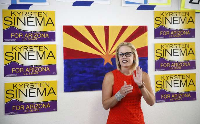 La démocrate Kyrsten Sinema s'adresse à des sympathisants, dans un local de campagne démocrate, le 28 août à Phoenix (Arizona).