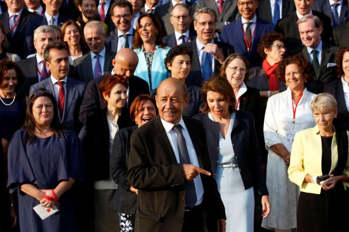 Le ministre des affaires étrangères, Jean-Yves Le Drian lors de la traditionnelle photo de famille avec les ambassadeurs, à Paris, le 29 août.