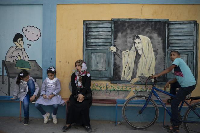 Des enfants palestiniens devant une école de l'UNRWA à l'occasion de la rentrée des classes dans la ville deGaza, le 29 août.