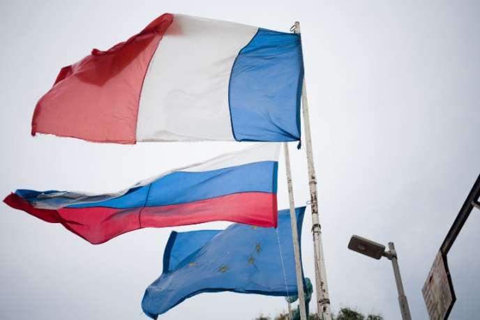 Des drapeaux français, russe et européen flottent à l'entrée du village de Pissa, en Centrafrique, en mars 2018.