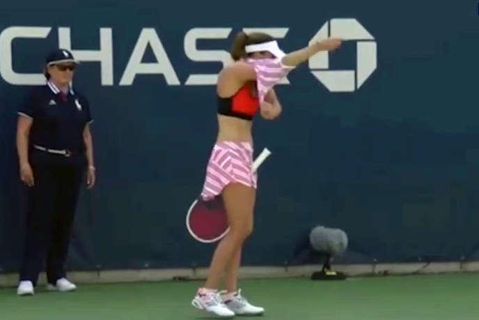 Alizé Cornet retire brièvement son tee-shirt, qui était à l'envers, lors l'US Open de New York, le 28 août.