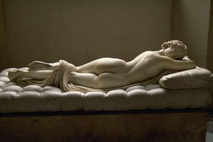 La durée de vie d'un matelas est de dix ans. Arrivé jusque-là, il a déjà perdu 30 % de ses qualités. Sculpture romaine d'Hermaphrodite endormie (IIe siècle ap. J.-C.), ajout du matelas au XVIIe siècle par le sculpteur baroque Gian Lorenzo Bernini, dit Le Bernin (1598-1680).