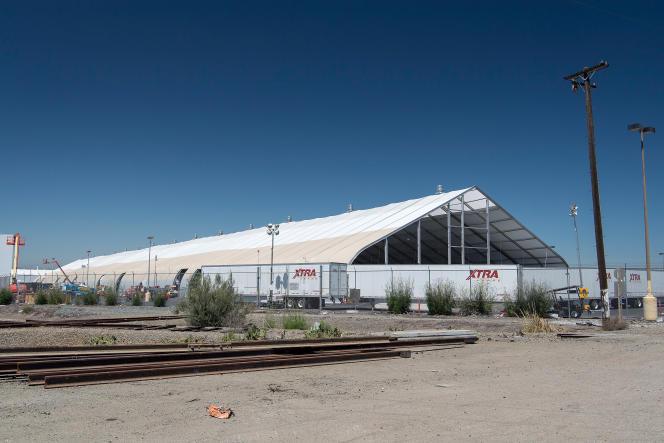 Une chaîne d'assemblage de Tesla installée sur le parking de son usine de Fremont (Californie), en juin.