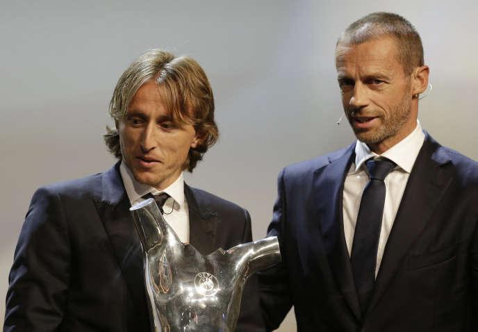 Le Croate Luka Modric et Aleksander Ceferin, président de l'UEFA, le 30 août 2018.