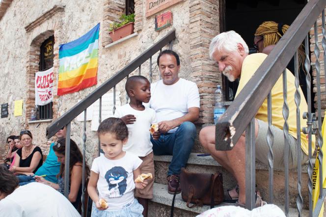 Domenico Lucano (au centre), le maire de Riace (Italie), en août.