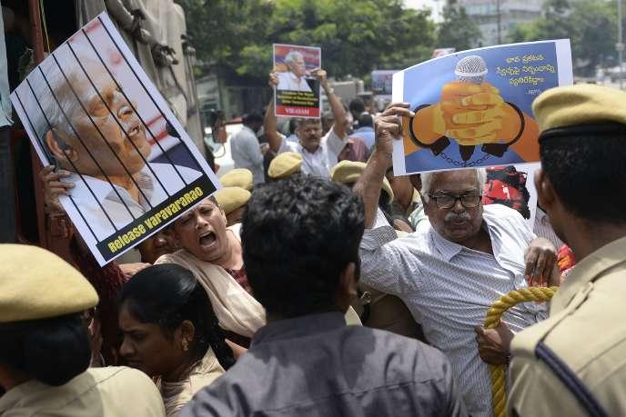 Manifestation de soutien en faveur du poète militant Varavara Rao,le 29 août, à Hyperabad, au lendemain de son arrestation.