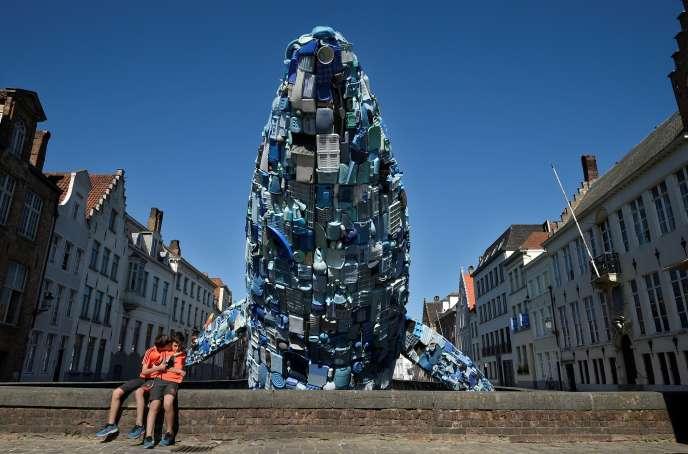 Une sculpture de baleine, faite de cinq tonnes de déchets plastique pêchés dans l'océanPacifique, à Bruges, en Belgique, le 14 juillet.