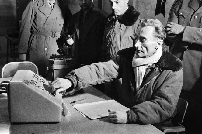 Le 27 décembre 1960, le général Jean Thiry appuie sur le bouton qui déclenche l'explosion de la troisième bombe atomique française sur le polygone d'essais à Reggane au Sahara, au cours de l'opération nommée