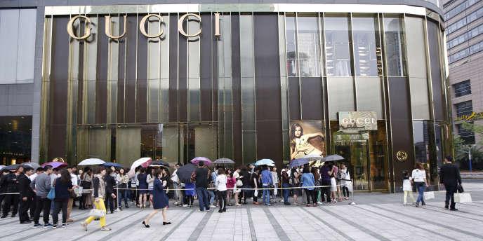 Des clients attendent devant un magasin Gucci de Shangaï, en mai 2015.