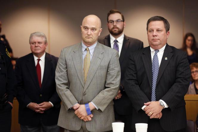 L'ancien policier, Roy Oliver (costume gris), aux côtés de son avocat, Miles Brissette, après avoir été condamné à quinze ans de prison pour le meurtre de Jordan Edwards, mercredi 29 août, à Dallas.