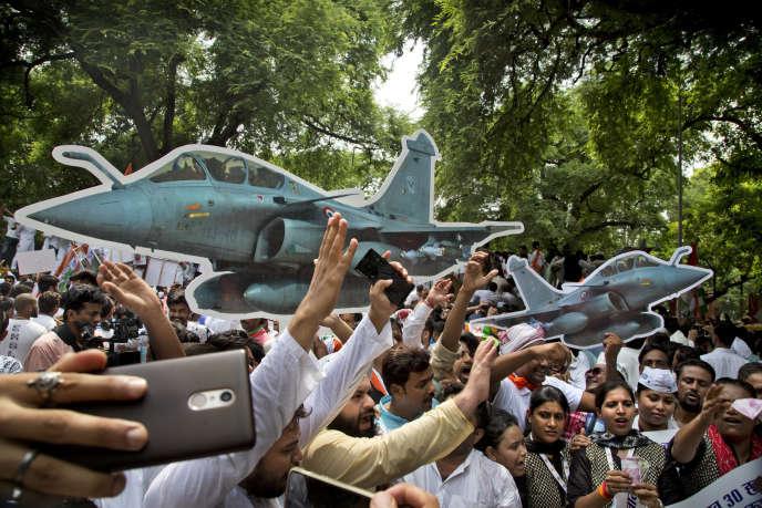 Des partisans du Parti du Congrès manifestent contre le contrat de 36 avions Rafale, à New Delhi, le 30 août.