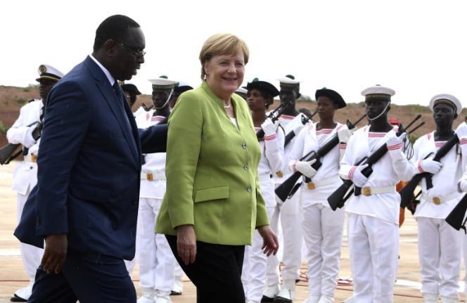 Le président sénégalais, Macky Sall, et la chancelière allemande, Angela Merkel, à l'aéroport Blaise-Diagne, près de Dakar, le 29août 2018.