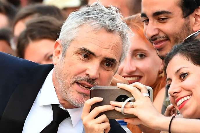 Le réalisateur Alfonso Cuaron posant pour un selfie à la Mostra de Venise, le 30 août 2018.