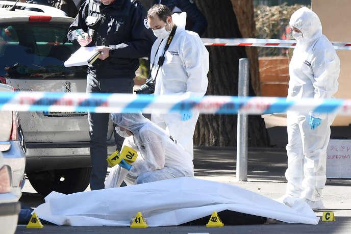 Des policiers recueillent des preuves après un double meurtre à Marseille, le 5 avril.