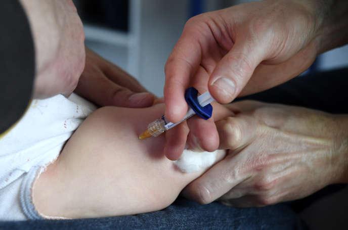 Un médecin injecte un vaccin sur un bébé, le 31 octobre 2017, à Quimper.