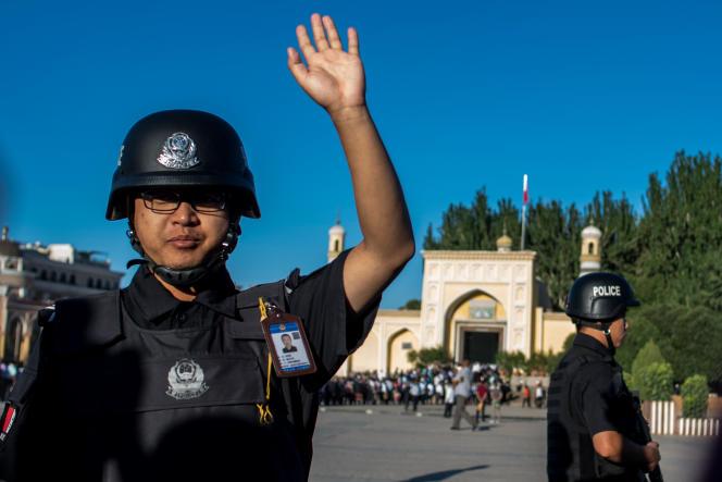 Policiers devant la mosquée de Kashgar, dans la région autonome ouïghoure du Xinjiang, en juin 2017.