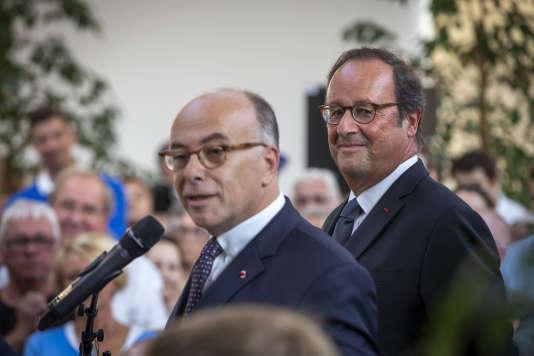 François Hollande et Bernard Cazeneuve lors d'une réunion publique à Cherbourg, dans la Manche, le 31 août.