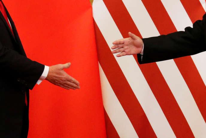 Poignée de main entre le président américain, Donald Trump, et le président chinois Xi Jinping, à Pékin, le 9 novembre 2017.