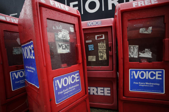 Des bornes de distribution du «Village Voice» àManhattan, en 2013.