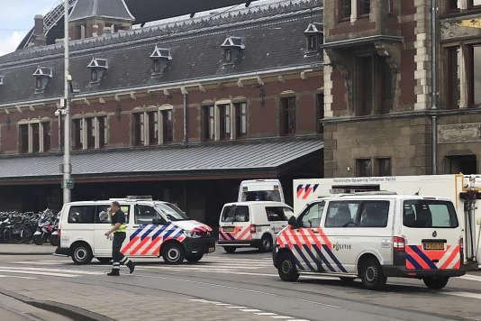 Vendredi devant la gare centrale d'Amsterdam.