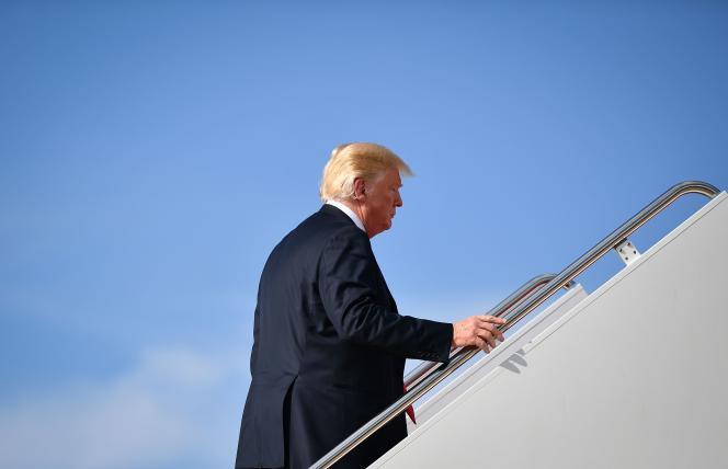 Le président des Etats-Unis monte à bord d'Air Force One, le 30 août.